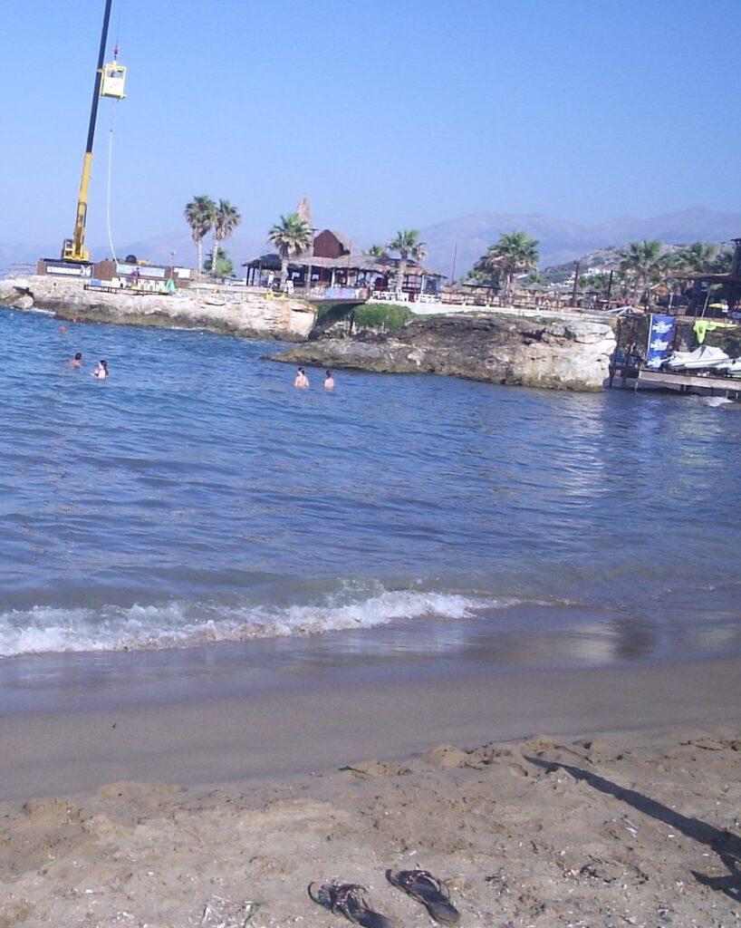 Plajele au putin nisip si mult pietris